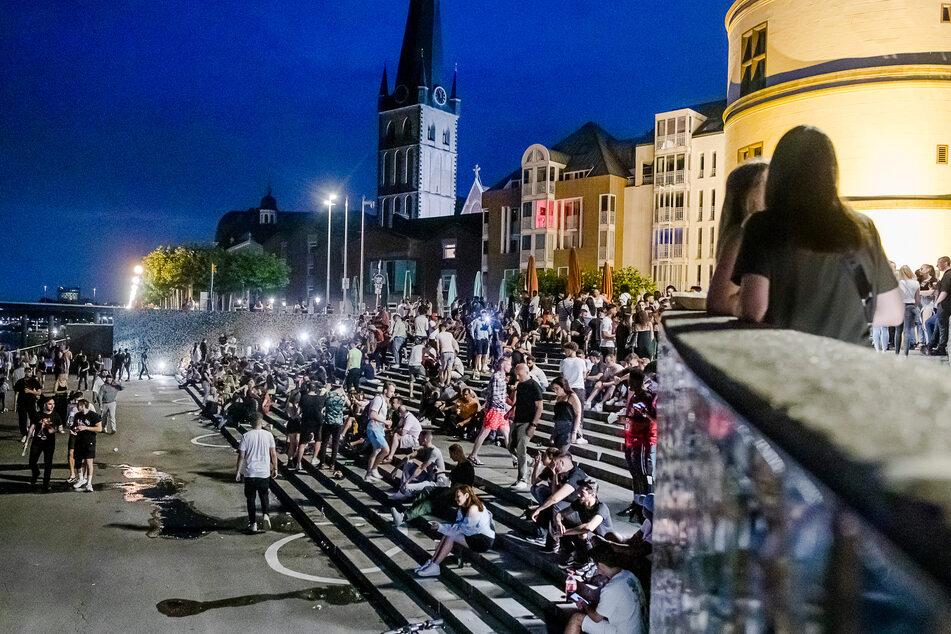 Mehr als 100 Personen feiern illegale Party in Düsseldorfer Altstadt
