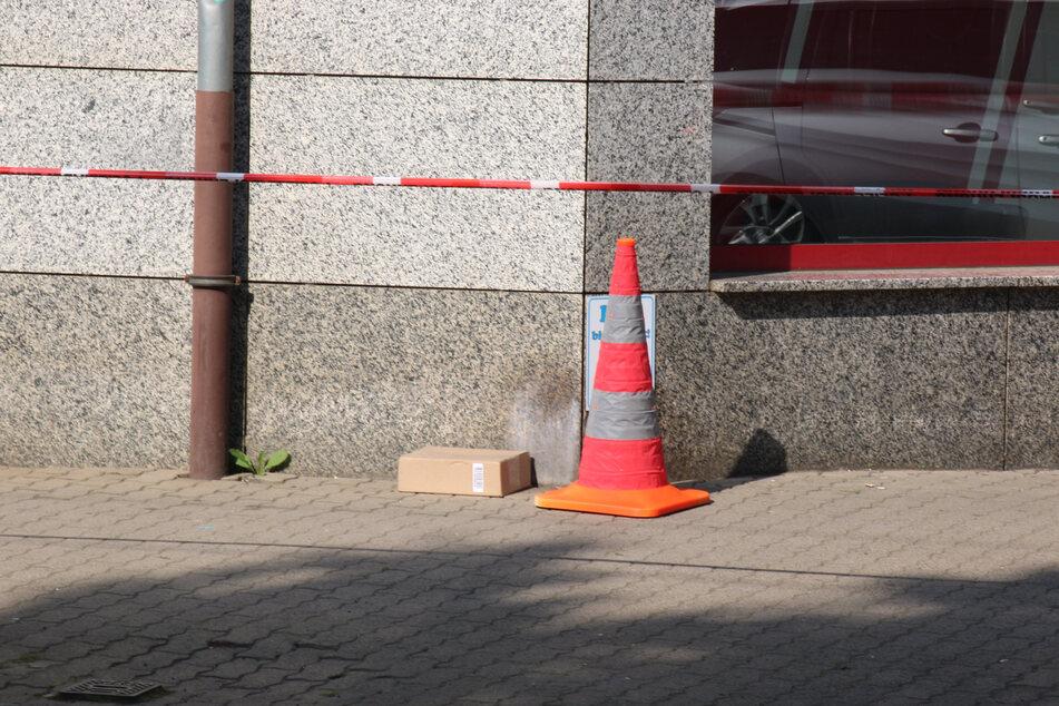 Eine Passantin hatte um 9.20 Uhr ein verdächtiges Paket vor einer Fahrschule entdeckt. Wie sich später herausstellte, war das Paket leer.