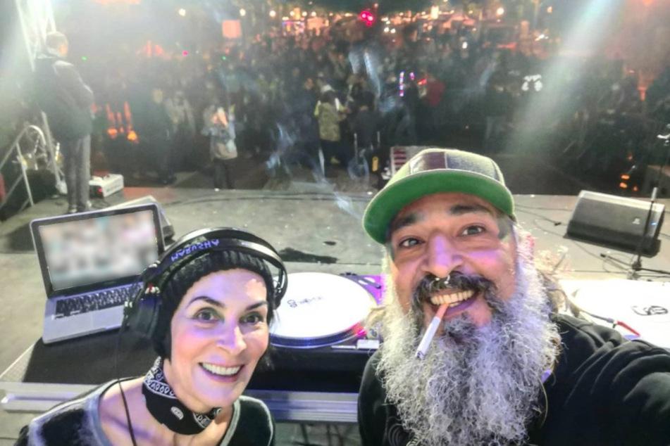 """Gemeinsam mit DJ-Kollegin """"Marusha"""" (54) genießt Senay Gueler (45) das Auflegen."""