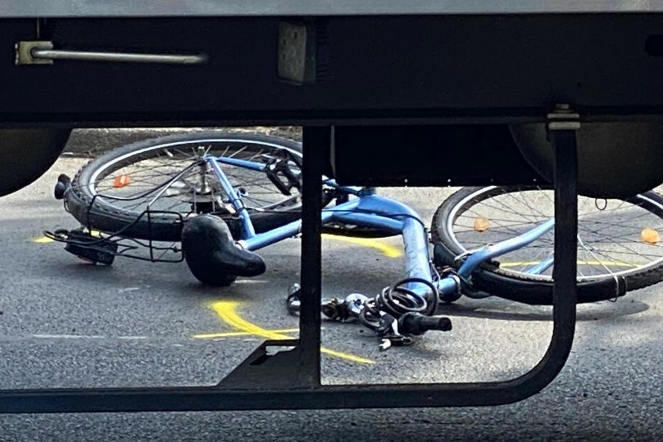 Fahrradfahrerin wird von Lkw erfasst und stirbt