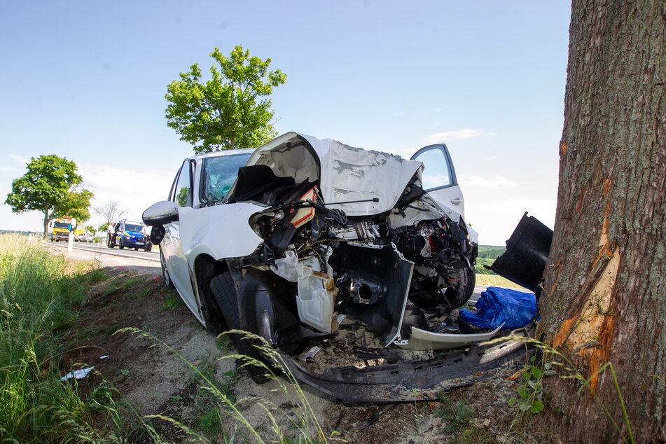 Tödlicher Baum-Crash auf der B169 bei Neuensalz (Vogtland): Der Fahrer (24) verstarb noch am Unfallort.