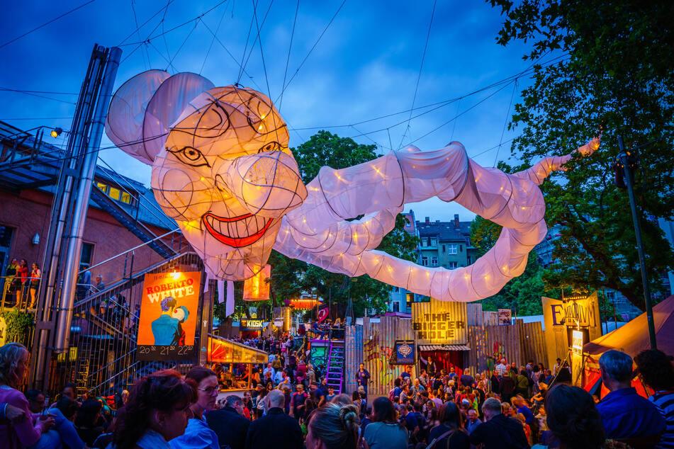 Die traumtanzenden Ballon-Figuren der chilenischen Künstler Muriel Cornejo und César Olhagaray (hier: 2019) verzaubern ab Dienstag die Hauptstraße.