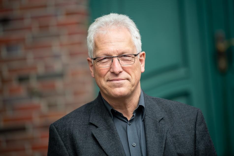 Matthias Piszczan (CDU), Bürgermeister von Spiekeroog, steht vor dem Rathaus.