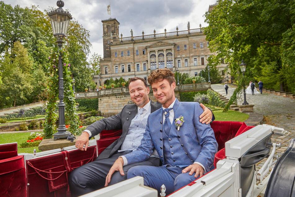 Frisch vermählt fahren Silvio (l.) und David Zschage in der Kutsche zur Hochzeitsfeier ins Hotel Suitess.