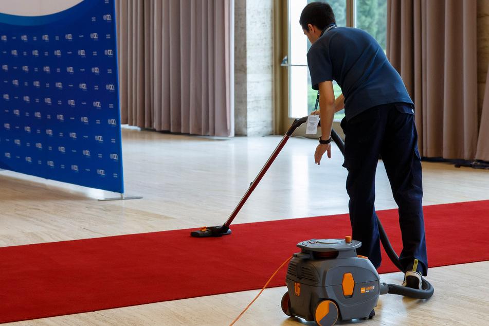 Ein Arbeiter in Genf reinigt den roten Teppich, bevor Staatsoberhäupter zu einer Konferenz im europäischen Hauptsitz der Vereinten Nationen kommen.
