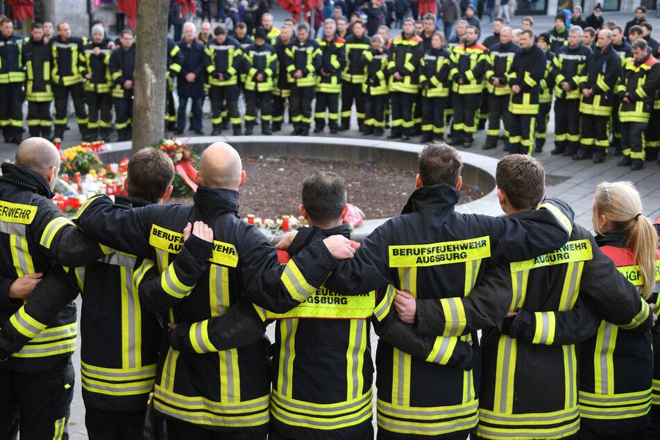 Am Königsplatz in Augsburg trauerten Feuerwehrleute.
