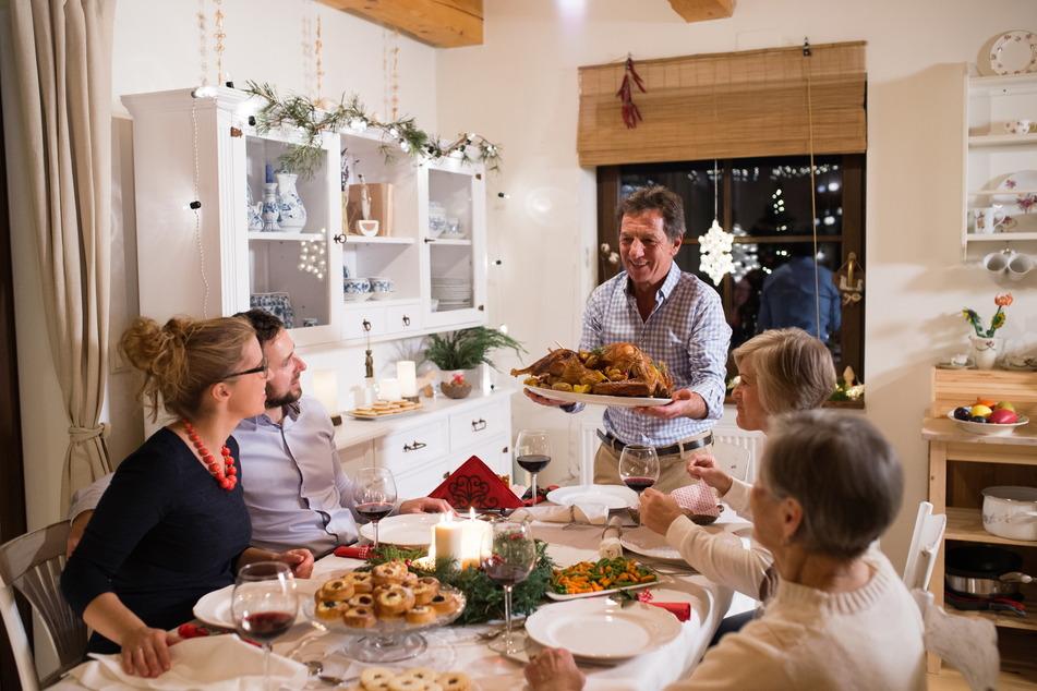 Der Weihnachtsbraten wird serviert. Wer in diesem Jahr alles am Tisch sitzen darf, ist von der Corona-Verordnung reglementiert.