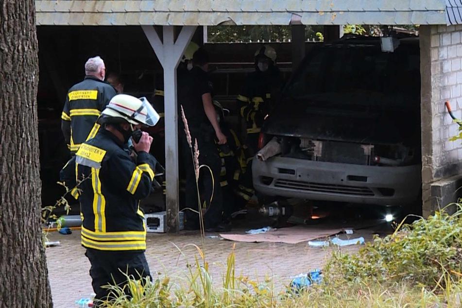 Die Feuerwehr musste den eingeklemmten Mann mit schwerem Gerät befreien.