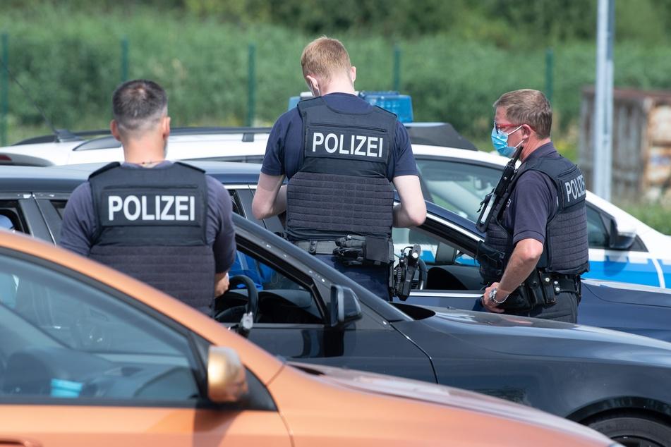 Polizisten der Bundespolizei stehen anlässlich von Grenzkontrollen der Bundespolizei an der deutsch-tschechischen Grenze auf einem Rastplatz an der Autobahn 17. Seit August 2021 müssen Reiserückkehrer einen negativen Coronatest dabei haben, wenn sie nicht genesen oder vollständig geimpft sind.