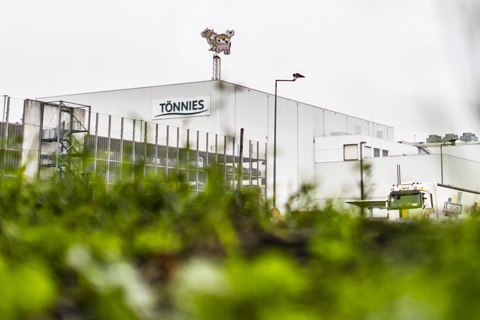 Ein Lastwagen verlässt das Betriebsgelände der Firma Tönnies.