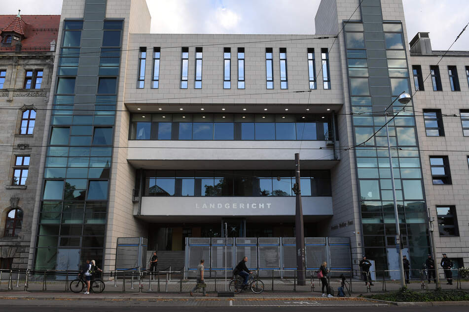 100 Kilo Drogen, scharfe Pistole und Elektroschocker: Mutmaßliche Dealer vor Gericht