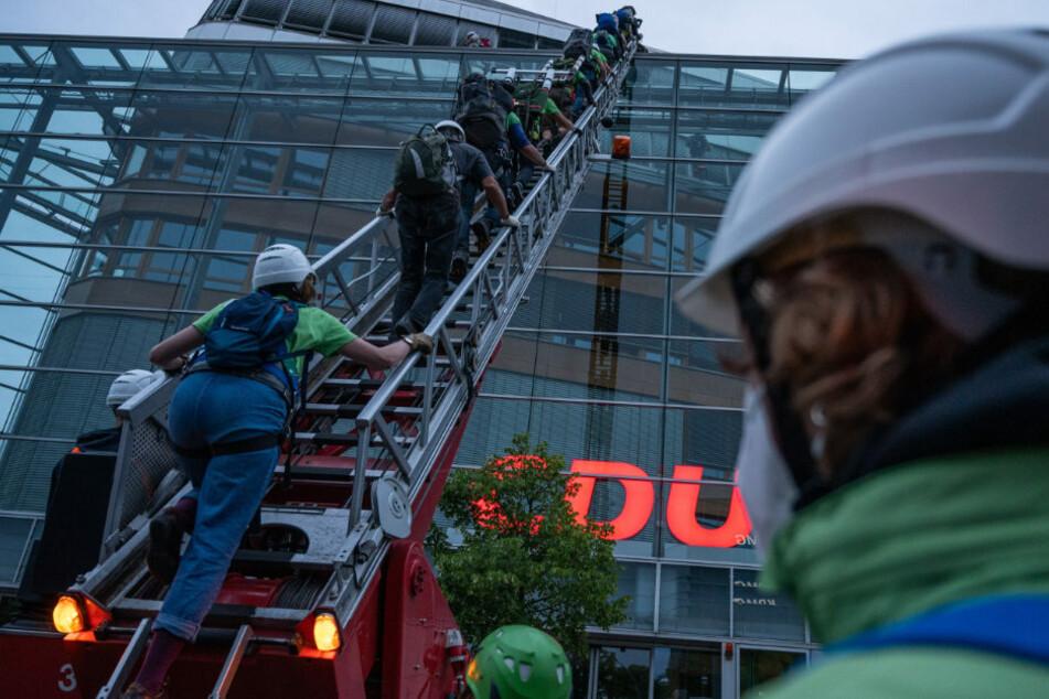 Greenpeace-Aktivisten klettern am frühen Morgen auf das Dach der CDU-Parteizentrale.