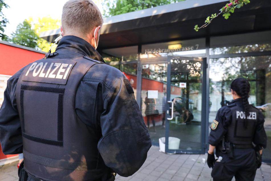 Am Donnerstag waren bereits Polizeikräfte vor dem Wohnheim in der Hildebrandtstraße im Einsatz und überwachten, dass keiner das Haus verließ.