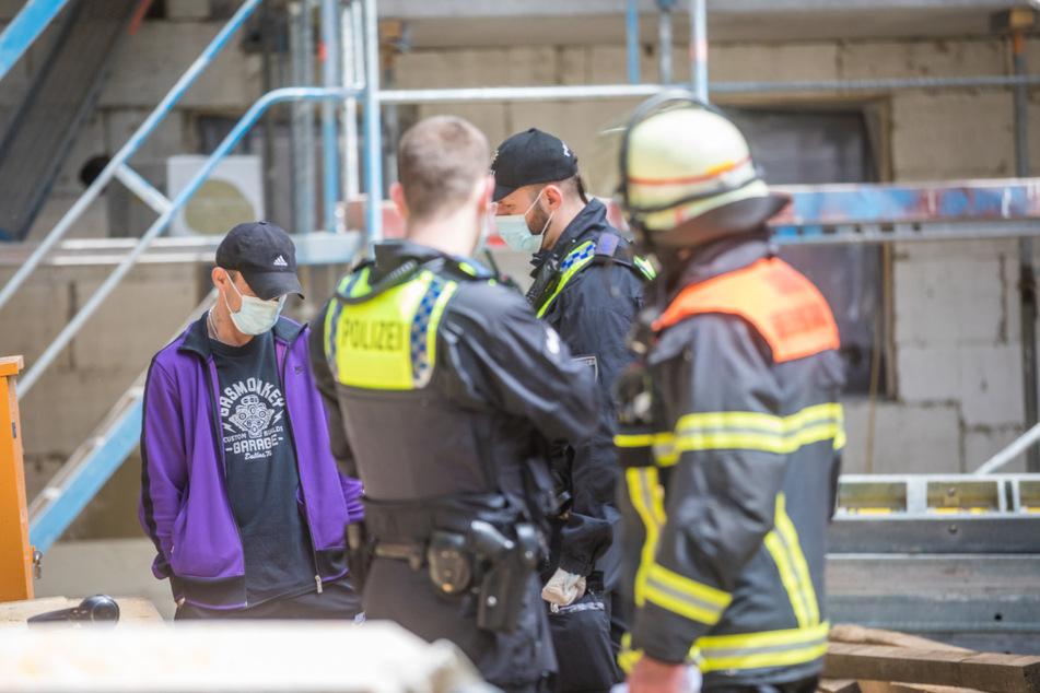 Die Rettungskräfte konnten den Mann schließlich dazu bewegen, wieder auf den Boden zu kommen.