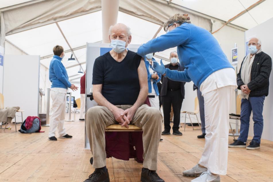 Der Schweizer Schriftsteller Franz Hohler (77) erhält im Referenz-Impfzentrum EBPI am Hirschengraben von einer medizinischen Angestellten eine Corona-Impfung.