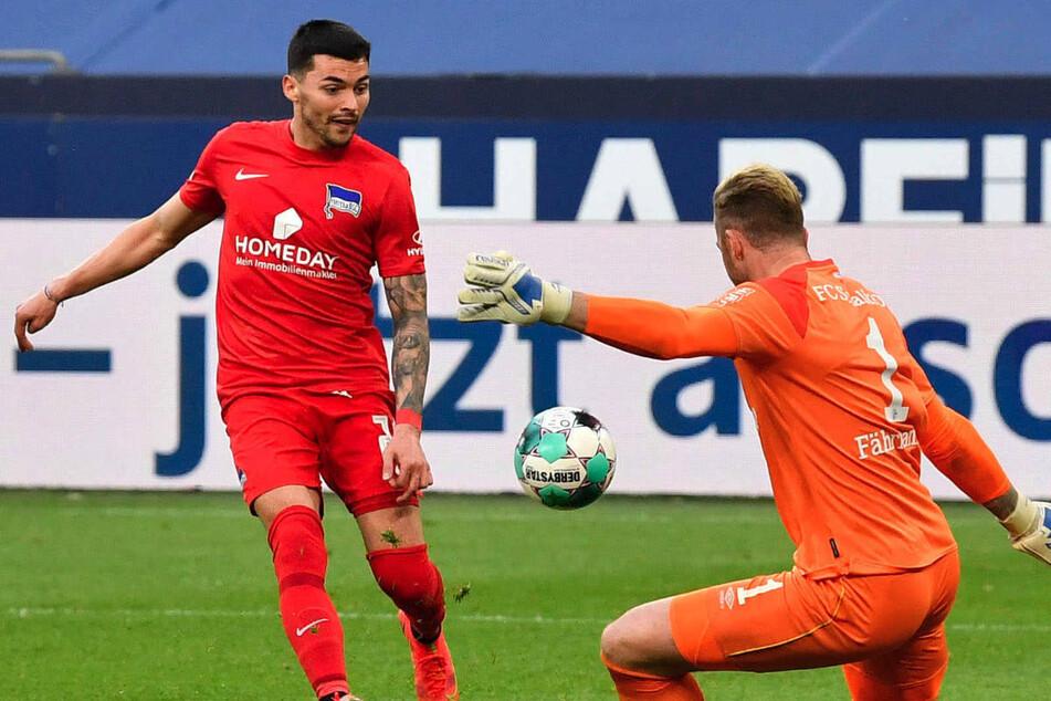 Nemanja Radonjic (25, l.) versucht am 31. Spieltag der vergangenen Saison, den Ball an Schalke-Keeper Ralf Fährmann (32) vorbeizuspitzeln. Der Serbe kickt mittlerweile für Benfica Lissabon in der Champions League.