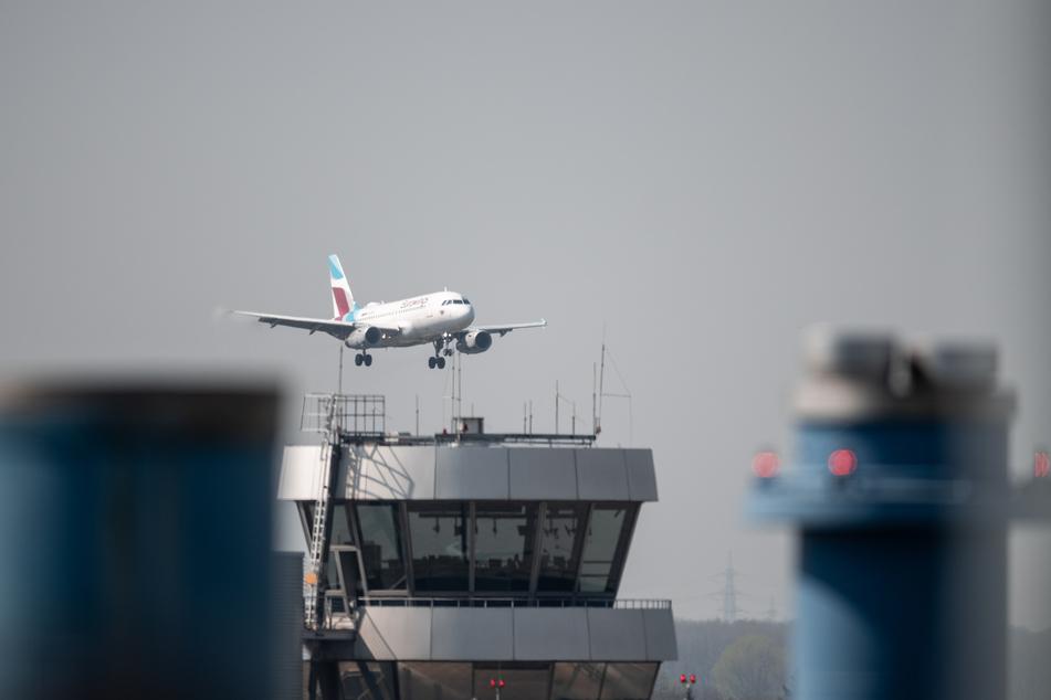 Am Montagmorgen haben Beschäftigte des Düsseldorfer Flughafens gegen einen drohenden Stellenabbau an Nordrhein-Westfalens größtem Flughafen demonstriert (Symbolbild).