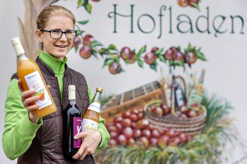 Fruchtsaftsommelière Ulrike Mehlhorn (33) mit verschiedenen Säften: Hofläden haben als zweites Standbein für Keltereien deutlich an Bedeutung gewonnen - vor allem in der Pandemie.