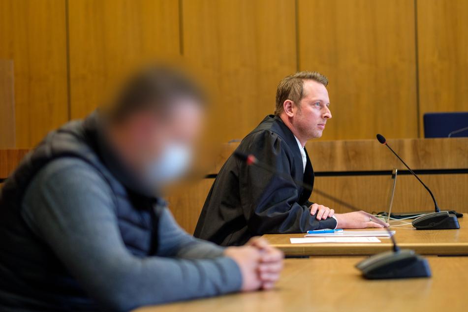 Der angeklagte Müllwagenfahrer (l) und sein Verteidiger Benjamin Munte sitzen im Gerichtssaal.