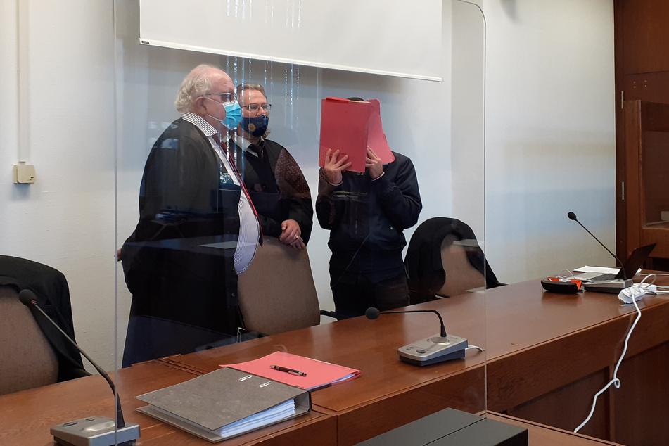 Ein wegen Totschlags Angeklagter (r) steht mit seinen Anwälten Arno Dhein (l) und Gottfried Reims vor Prozessbeginn in einem Saal des Landgerichts.