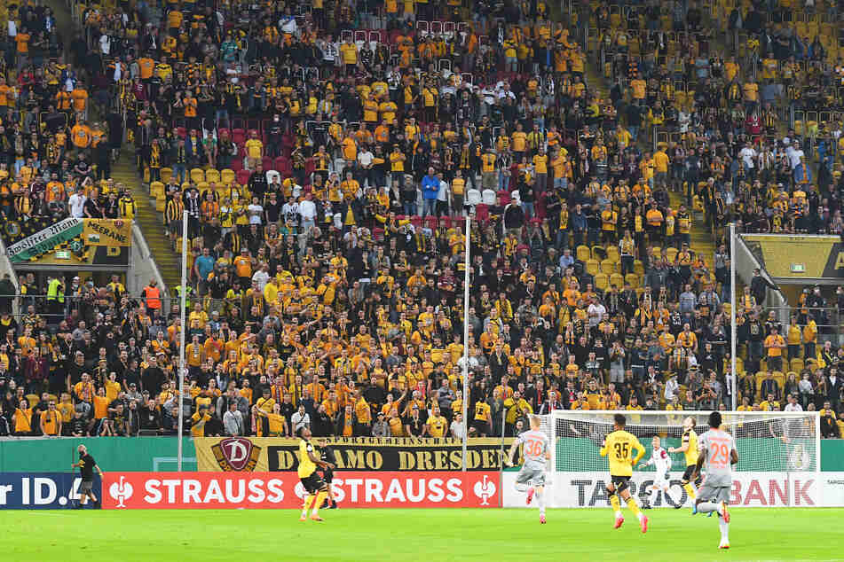 Die Sitzplätze neben dem Familienblock wurden wie gegen Paderborn von den Fans einfach zu Stehplätzen umfunktioniert...