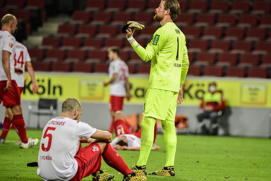 Kölns Torwart Timo Horn (r.) und Rafael Czichos sind nach dem Spiel gegen Leipzig enttäuscht.
