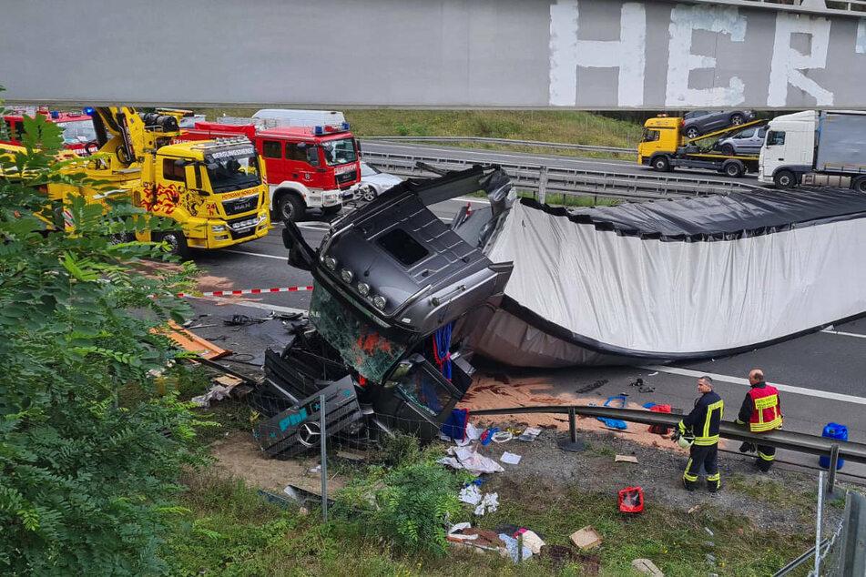 Unfall A: Sattelzug kracht auf A10 in Schilderwagen: Fahrerin schwer verletzt