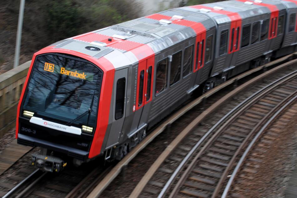 Ein Zug der Linie U3 fährt durch Hamburg. (Archivbild)