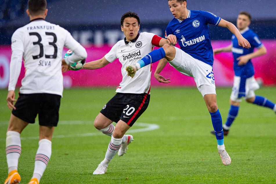 Eintracht Frankfurts Makoto Hasebe (l.) im Zweikampf mit Amine Harit vom FC Schalke 04.