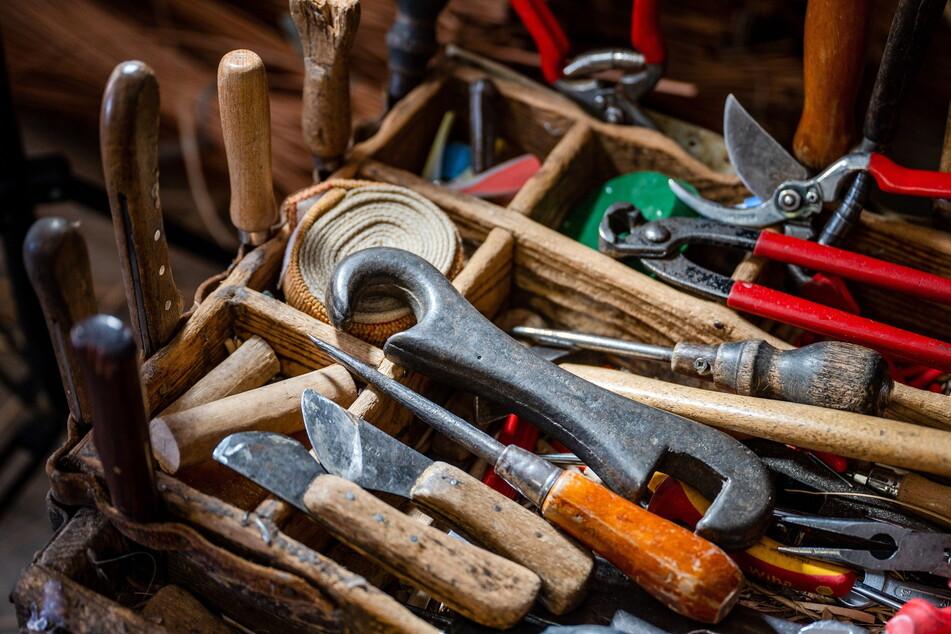 Zu den Werkzeugen des Flechters gehören Messer, Pfriemen, Zangen und Scheren.