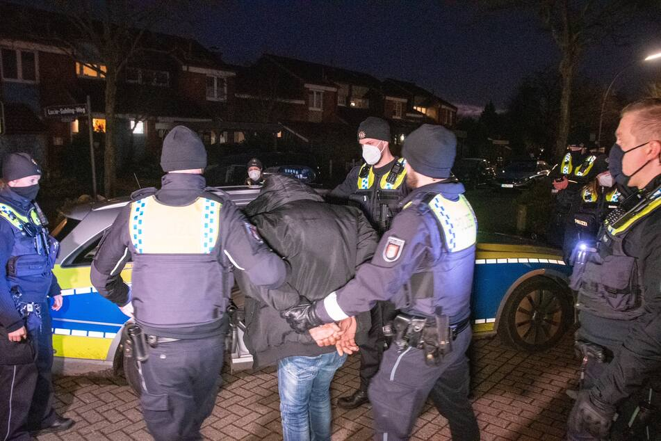 Der Tatverdächtige wurde in der Nähe des Mehrfamilienhauses festgenommen.