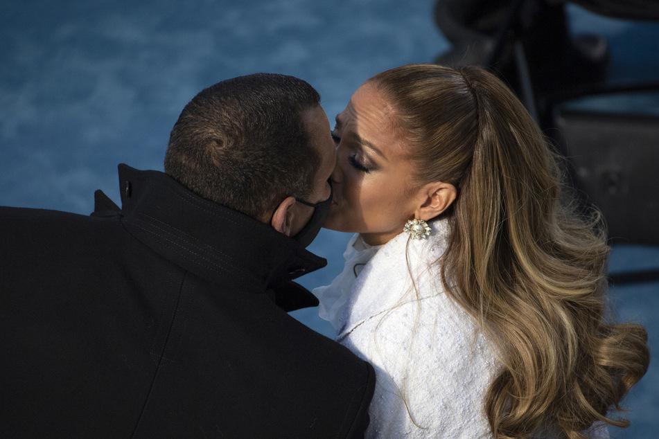 Jennifer Lopez (51) und Alex Rodriguez (45) küssen sich innig.