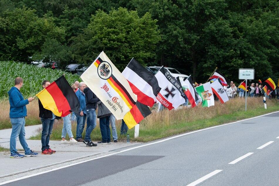 """""""Meine Gedanken sind frei"""", so lautet der Schriftzug auf einer der Deutschlandflaggen bei den Protesten auf der B 96. Auf solchen Demos wollen Rechtsextreme laut dem Verfassungsschutz Anknüpfungspunkte mit anderen politischen Milieus ausnutzen."""