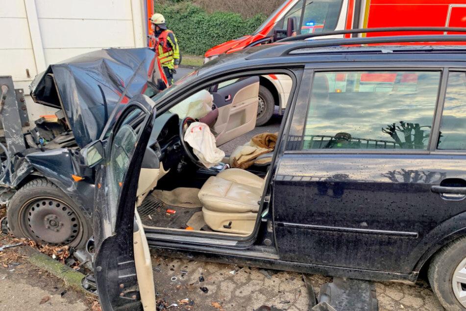 Senior (88) verliert Kontrolle über sein Auto und rast in geparkten Lkw
