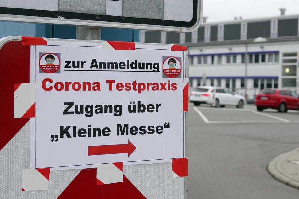 Die Chemnitzer Corona-Ambulanz: Einige Betroffene berichten von mehreren Stunden Wartezeit.