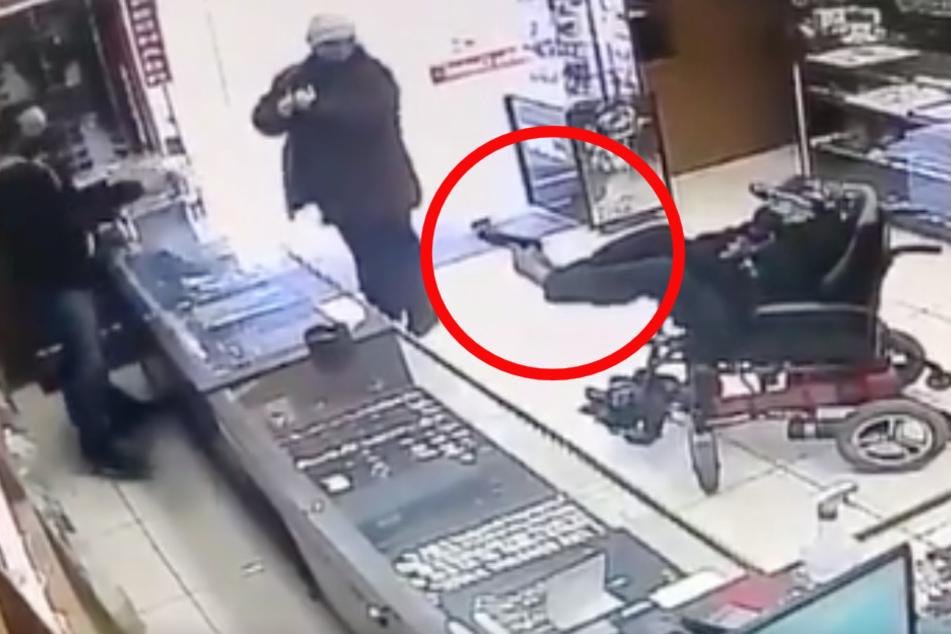 Waffe mit den Füßen gezückt: Räuber ohne Arme überfällt im Rollstuhl einen Juwelier!
