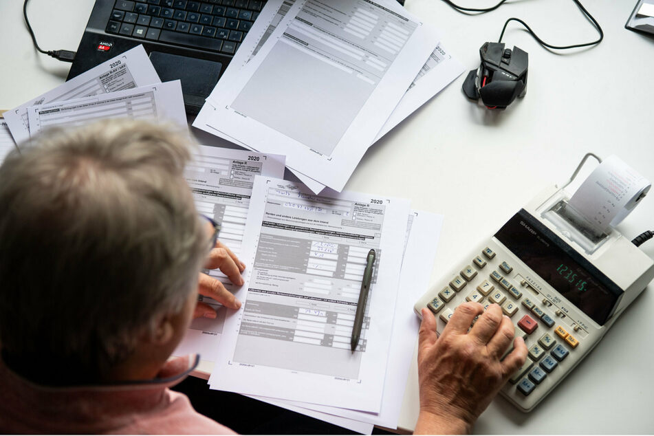 In einer älter werdenden Gesellschaft dürfe das Rentenalter nicht einfach hoch und das Rentenniveau runtergeschraubt werden, fordert zumindest der DGB. (Symbolbild)