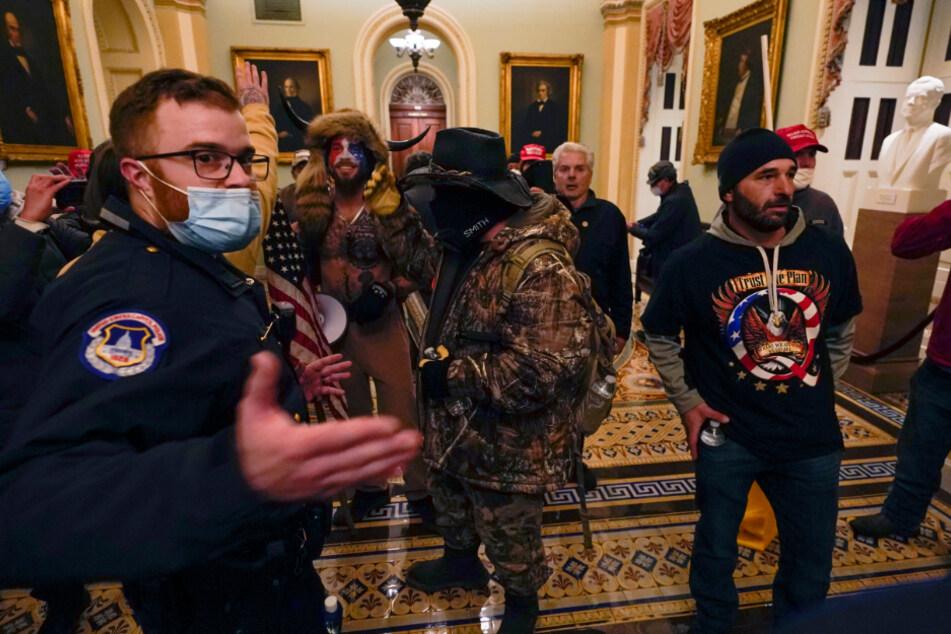 US-Kapitol: Polizisten beobachten Demonstranten in einem Flur in der Nähe der Senatskammer.