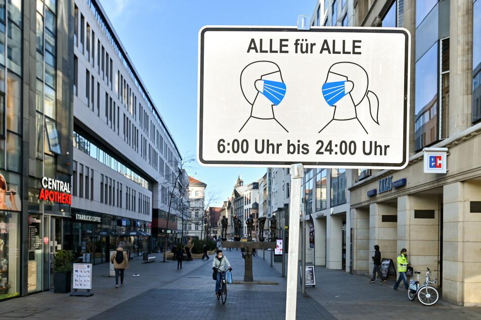 Willkommen in der Einöde: Ein Schild mit einer Erinnerung an die Maskenpflicht empfängt die Leipziger am Eingang der Grimmaischen Straße.