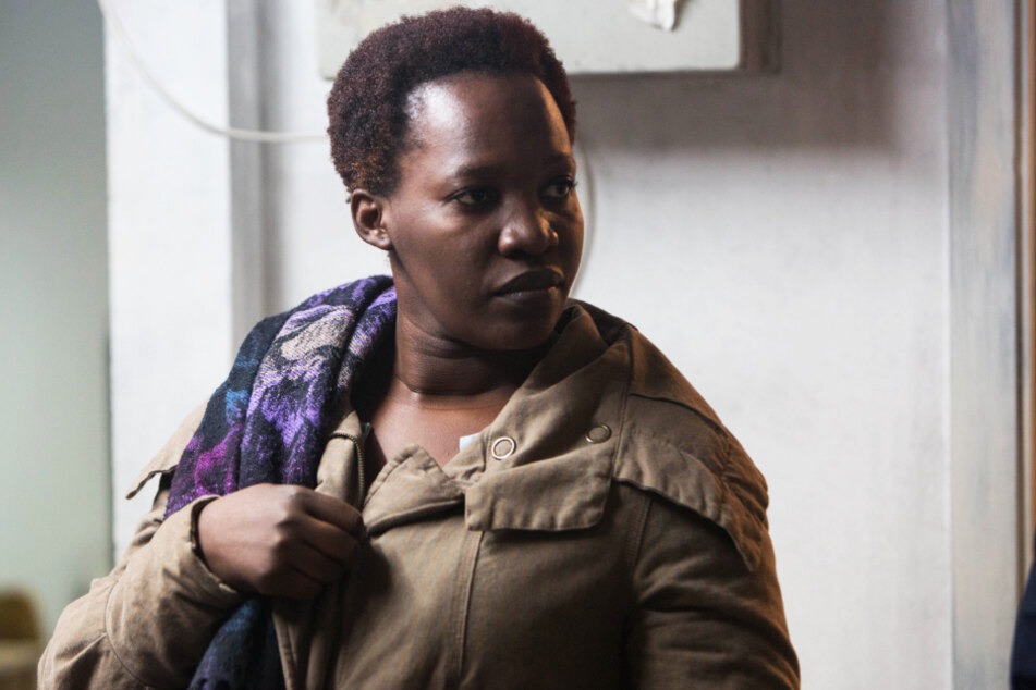 Abeba Masane (Enid Mbabazi) ist mit ihrer Tochter Luna aus Uganda geflohen. Dort herrschte und herrscht noch immer Krieg.