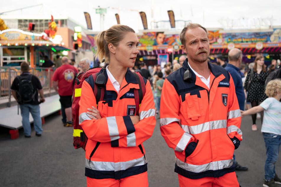 Die Rettungssanitäter Petra Winkler (Henrike Hahn, 35) und Holger Krawitz (Matthias Koeberlin, 46) sind im Dienst auf dem Domplatz unterwegs.