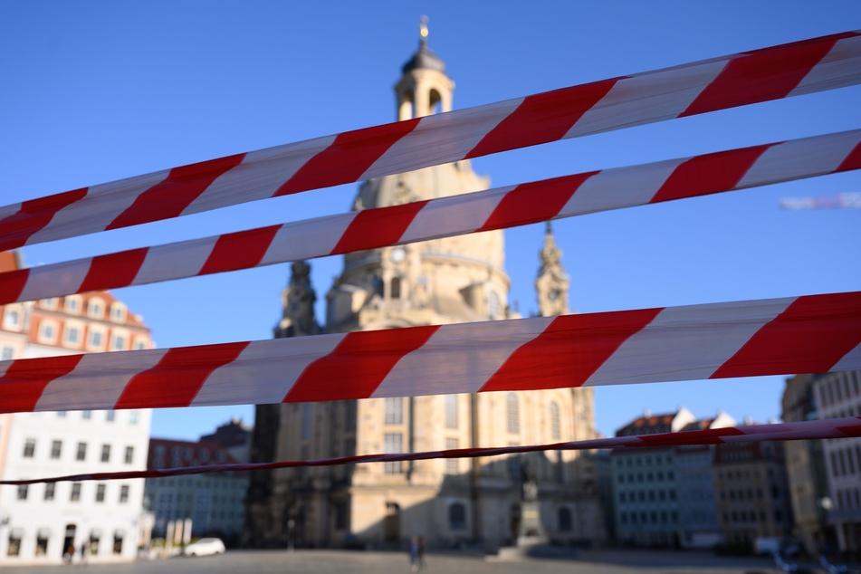 Ein Absperrband hängt auf dem Neumarkt vor der Frauenkirche.