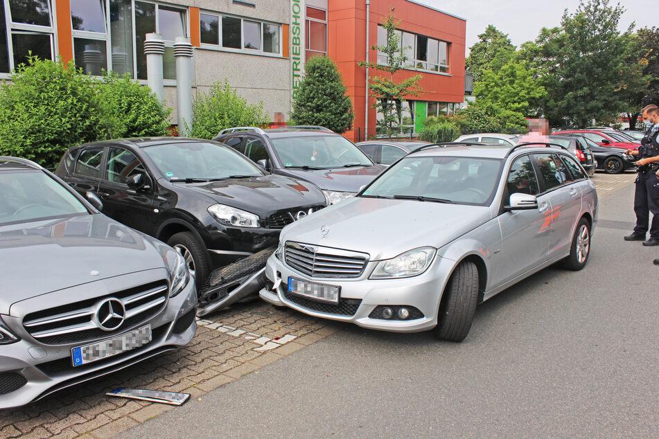 Der Senior (84) ist mit seinem Mercedes von der Straße abgekommen und gegen sechs geparkte Autos gefahren.