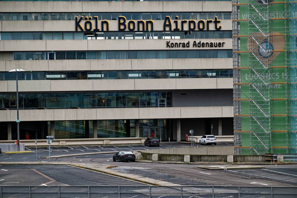 Das nahezu leere Parkdeck des Flughafens Köln/Bonn spiegelt den massiven Rückgang der Passagierzahlen in der Corona-Pandemie wider.