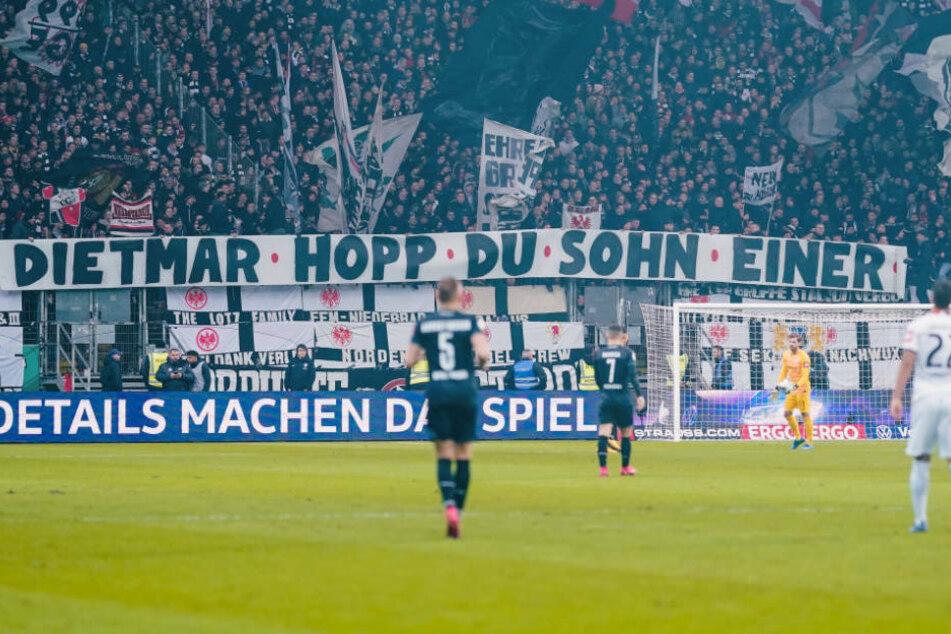 Fans von Eintracht Frankfurt entrollen das Spruchband, das ironisch auf die Verunglimpfungen des Hoffenheimer Mäzens Dietmar Hopp eingeht.