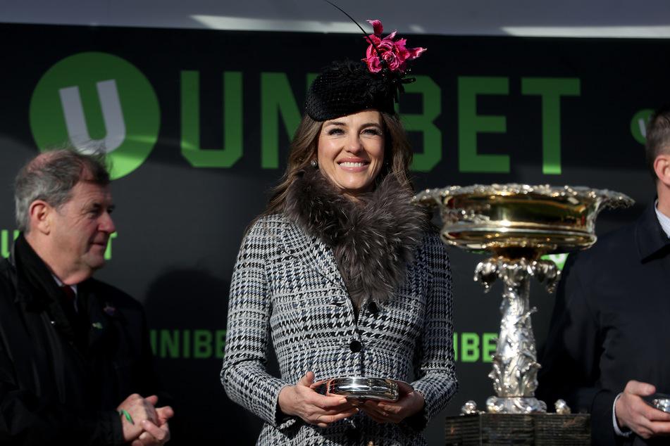 Liz Hurley lacht während des Champion Day des Cheltenham Festivals.