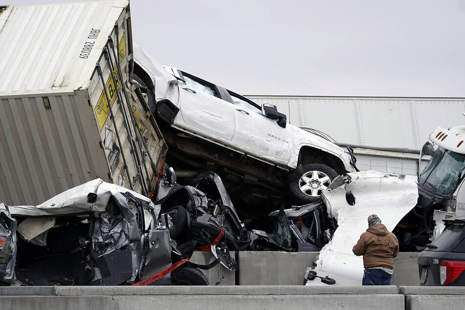 2,5 Kilometer lange Unfallstelle: Mindestens sechs Tote bei Massenkarambolage
