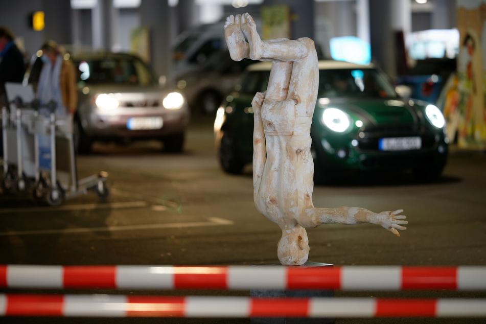 Ausstellungsbesucher fahren in Autos an der Skulptur des Künstlers Hubert Mussner vorbei, welche im Parkhaus P1 des Flughafens Köln-Bonn steht, in dem an diesem Wochenende Kunstwerke ausgestellt sind.