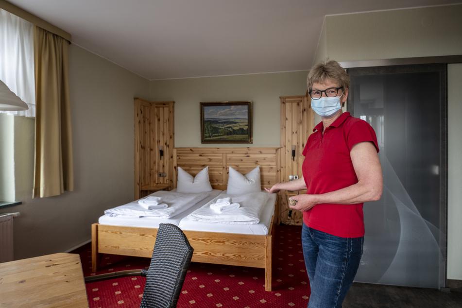 """Hier können Gäste wieder übernachten: Christiane Doege (56) in ihrem Hotel """"Café Friedrich""""."""