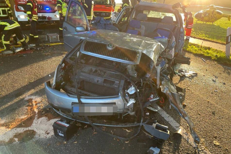 Ein Skoda-Fahrer wurde bei einem schweren Unfall in seinem Auto eingeklemmt.